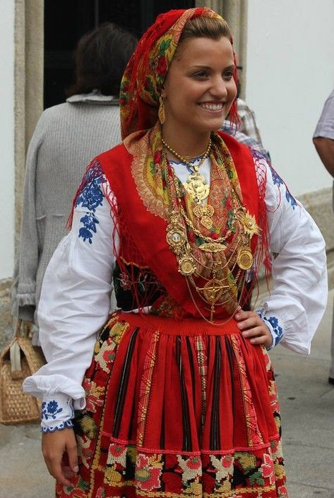 Traje de Lavradeira. Note how the embroidery of her shirt varies from other locally mass-produced shirts