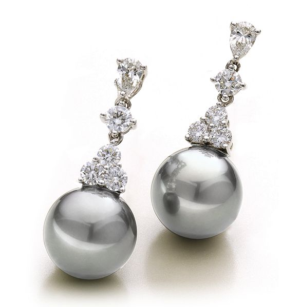 These Tahitian Pearl Earrings are the manifestation of Heaven's tears of joy. They are your personal LITTLE DROPS OF HEAVEN. Alloy750/- White GoldDescription T