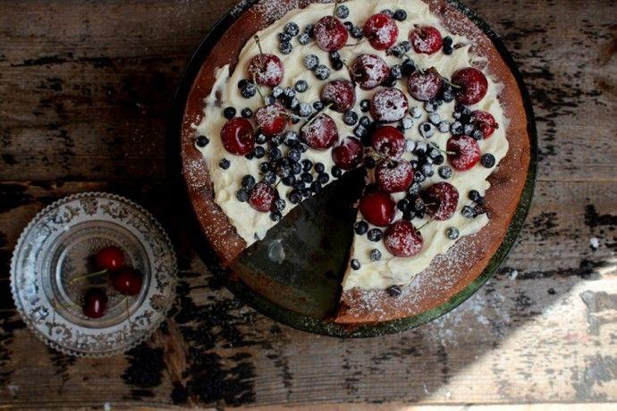 Chocolate fudge cake z owocami i kremem mascarpone