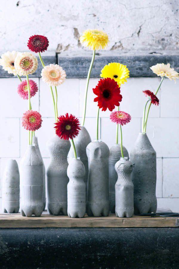 Auf Tollwasblumenmachen.de findet ihr alles rund um das Thema Blumen - von Dekoinspirationen über Pflegetipps bis zu Selbermachideen. An einem Beton-DIY wollten wir uns schon länger mal versuchen. Beste Gelegenheit: Diese coolen Blumenvasen!Ihr braucht: Plastikflaschen, Fertigbetonmischung, Reagenzgläser. So geht's: Schneidet zunächst den Kopf der Plastikflaschen ab. Dann mischt ihr den Beton entsprechend der Gebrauchsanweisung an. Hier findet ihr unser Tutorial zum Beton Deko selber…