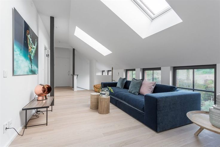 #sammetssoffa Stradford i #mörkblått #sammet #4sitssoffa på #KAMPANJ hos oss på #hemdesigners.se Styling: Britse & Co  #design4you #interior2you #designrum #designhem #heminterior #hemmöbler #styling #sammetssoffa #midnightbluesammmet #lovely #vackrahem #nordiskdesign #swedishdesign #hemdesign
