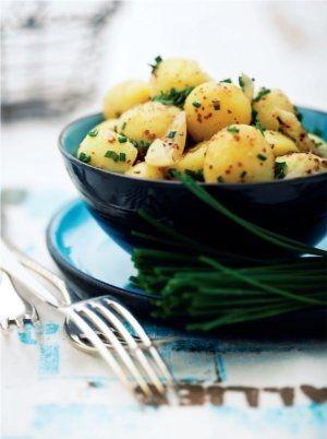 Sursød kartoffelsalat med sennep og krydderurter
