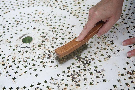 Etape 1. Brosser les meubles en fer forgé - Repeindre un salon de jardin en fer : c'est facile - CôtéMaison.fr