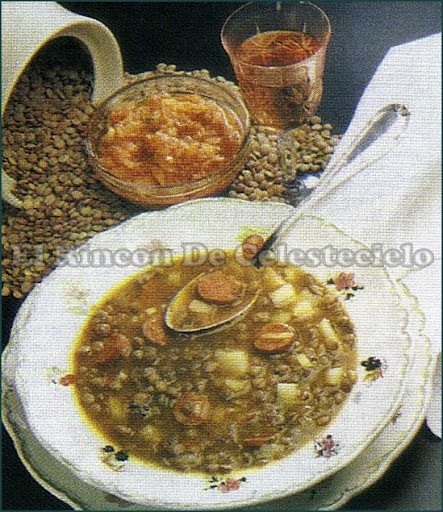 Lentejas estofadas  Con longaniza o chorizo y papa.