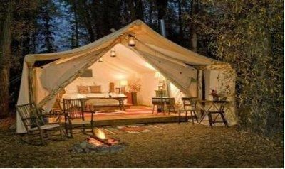 人生に一度は、こんなキャンプしたいなあ こんなキャンプのテント初めて見ました 豪華すぎますね こんなテントと家具なら どこでも旅行いきますね