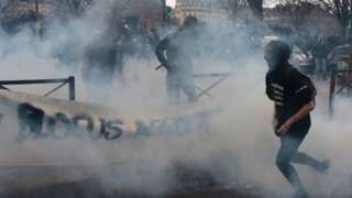 Paris protests: Students tear-gassed by police - BBC News