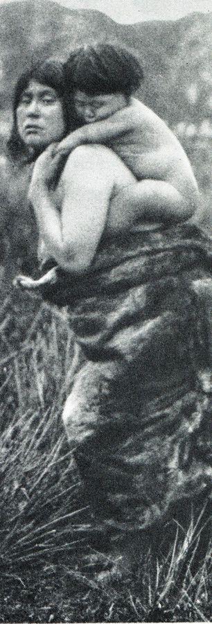 """Madre alacalufe cargando a su hijo. Fotografía de Martín Gusinde. 1920 aprox. Los indios de Tierra del Fuego: los Halakwulup"""""""". Martín Gusinde. Editorial C.A.E.A .1986."""