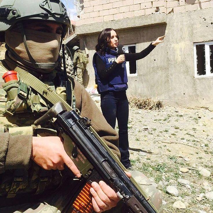 Nusaybin'in ardından, sıcak çatışmanın sürdüğü Yüksekova'ya da ilk kez Star Haber girdi. Operasyon şehit J.Uzm.Çvş. Ramazan Gülle'nin adını taşıyor. Çünkü O, çarşıda sivil giysileriyle alış-veriş görevindeyken şehit edilmişti. Şimdi asker ve polis, müşterek operasyonda, adını yaşatıyor. O çetin mücadeleyi bir kez daha onlarla yan yana yerinde yaşayarak anlatmaya devam ediyoruz. Bu akşam 19:00'da Star Haber'de #yüksekova #RamazanGülleoperasyonu #starhaber