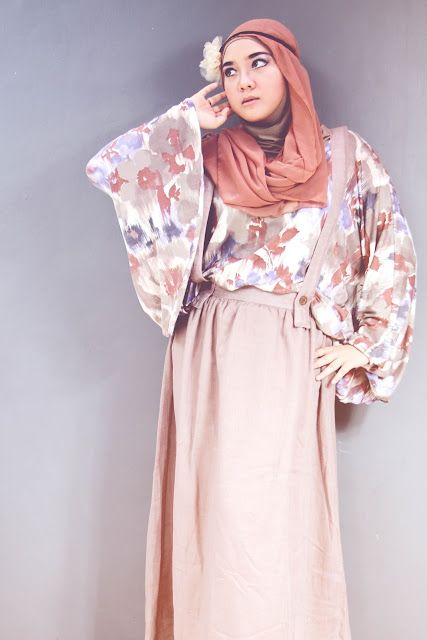 Being a housewife and mum-to-be doesn't stop Suci from keeping up with fashion trends. Her blog is where she makes friends and shares delicious recipes while giving makeup and hijab styling tips. Love her smiley and fashionable outlook!