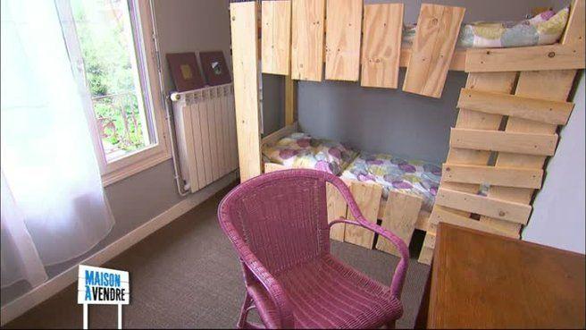 Deux lits transformés en superposés avec des tasseaux et des planches de coffrage. Emission Maison à vendre Maryse et Jean-Louis