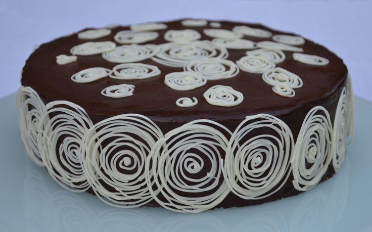 Pokud milujete čokoládu třeba až k zbláznění, potom si pojďte společně s námi trochu zahřešit. Čokoládovější dort už jen těžko někde objevíte, o cukrárnách v Česku či na Slovensku ani nemluvě. Leda snad až v daleké Francii, odkud tento recept původně pochází…