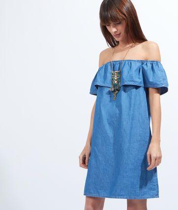 Coup de foudre pour cette robe en coton effet denim qui dévoile les épaules avec style. Jouez la baby doll et attirez tous les regards !   - Robe  - Epaules dénudées  - Volant  - Denim  - Le mannequin mesure 173cm et porte une taille S/36