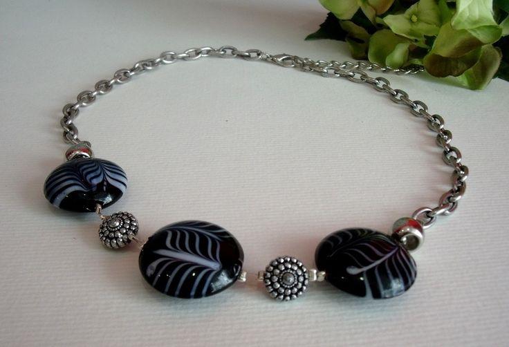 Collier ras du cou noir et blanc, perles en verre et métal, modèle unique fait main par Ysialune