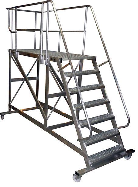 Escalera móvil de aluminio y con peldaños de tramex. Las barandillas son abatibles.