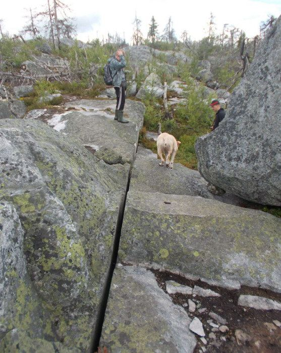 The most famous megaliths of Russia (50 photos) Like laser spent :) geologists believe that the cracks and fissures, formed as a result of a major earthquake about 9,000 years ago. Smooth stones same plane - the result of a local rock properties - quartzite, which defines the structure and flat surface so the split.