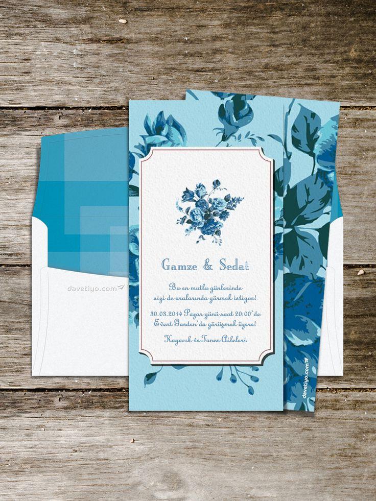 Gökyüzünün huzuru ve sonsuzluğunu anlatan mavi renginin üzerine yerleştirilmiş eşsizliği simgeleyen mavi güller... Üstüne üstlük birbirinden özel vintage çizgiler ile şekillendirildi. Benzersiz bir düğün davetiyesine ismini yazdırmak isteyen çiftlerin ilk tercihi olmalı.
