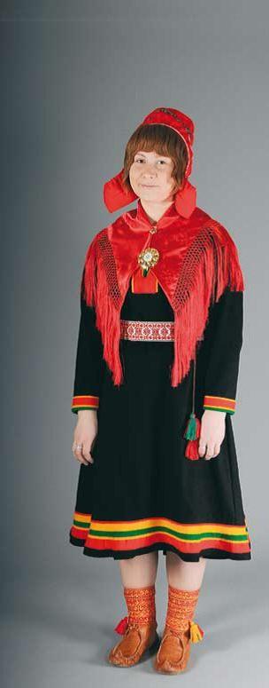 Inarinsaamelainen puku; sitä käytetään yleisimmin Inarin kunnan alueella, lähinnä Inarinjärven ympäristössä. - http://www.samiduodji.com/15