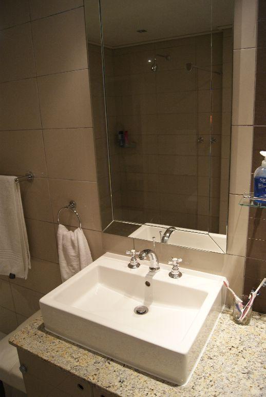 Large en-suite modern bathroom