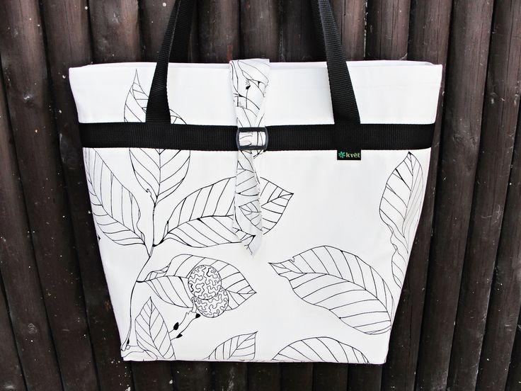 Moderní víceúčelová kabelka - taška přes rameno pro nakupování, dovolenou k vodě nebo do přírody. Kabelka šitá k nošení přes rameno, ale pohodlné je i nošení v ruce. Kabelka ušitá ze tří vrstev - bavlna - vyztužená ronarfixem a vnitřní podšívka s kapsičkama. Páskové zapínání na přezsku. Vhodné pro