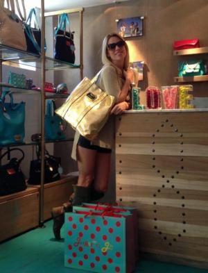 Nicole Neumann visitó el local de Juanita Jo y se llevó carteras super glamorosas  http://www.femeninas.com/como-cada-temporada-nicole-neumann-elige-las-carteras-de-juanita-jo