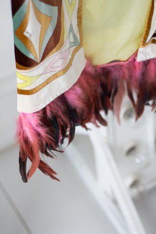 Два экземпляра: перья розовые или желтые. В наличии 44, 46 размер. 18 900 руб Дорогая и нежная ткань, перья, обалденный принт и подклад, для которого специально хочется подвернуть рукава, чтобы все его увидели. Такая вещь в гардеробе и вы уже не просто следите за модой - вы её создаёте! Остромодный тюрбан, туфли и маленький клатч на цепочке, бокал мартини и это роскошь. Пёрышки отстегнули, джинсы одели, рюкзак взяли и это богема. Это не вещь базового гардероба, но это вещь современной…