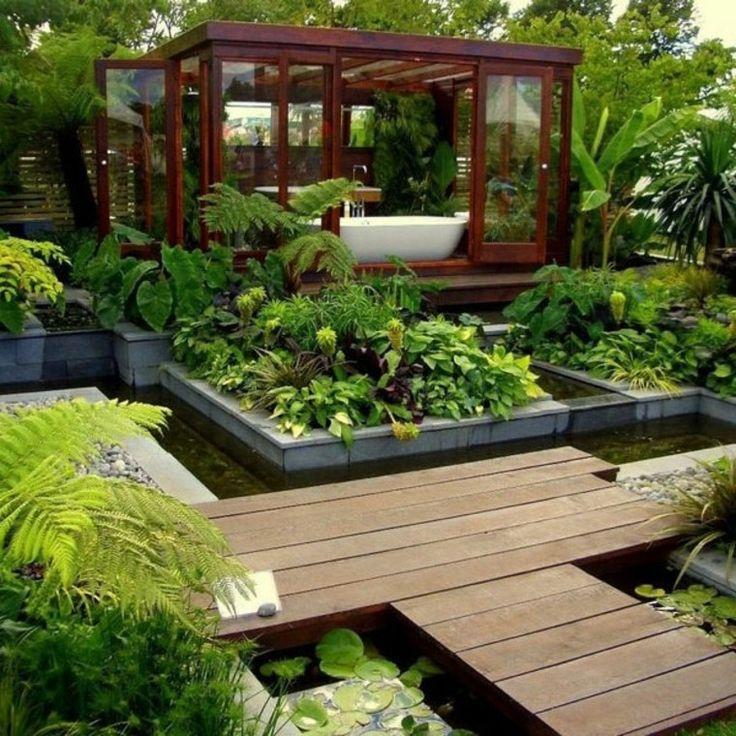 agua y camino de madera en el jardín al estilo zen