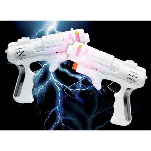 De shocking laser guns brengen schietgames naar een nieuw spelniveau met een schokkende twist.     De lasergame bevat twee laserkanonnen.     Elk laserpistool heeft bepaalde  functies: opnieuw laden, drie leven indicatoren, een sensor om geraakt te worden, en natuurlijk de schiet functie zelf.     Eenmaal geactiveerd, hebt je vijf shoten om te gebruiken. Richt op de sensor van het geweer van de tegenstander. Als je deze raakt, krijgt deze een onschadelijk elektrische schok.