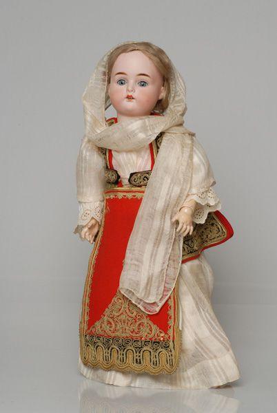 Πορσελάνινη κούκλα από τη συλλογή της βασίλισσας Όλγας ντυμένη με τη γυναικεία φορεσιά της Αράχωβας