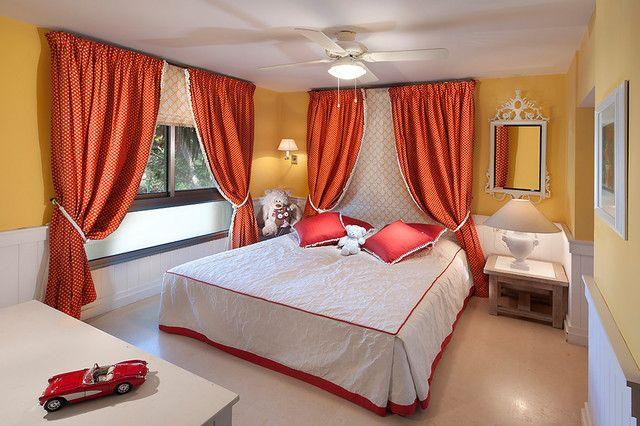 Красные шторы для спальни