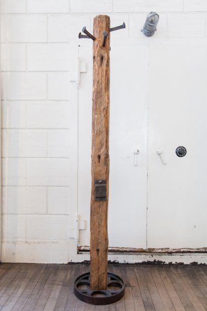Patère en bois recyclé, 450$. Espace Pépin, 350, Saint-Paul Ouest. Photo: Édouard Plante-Fréchette, La Presse