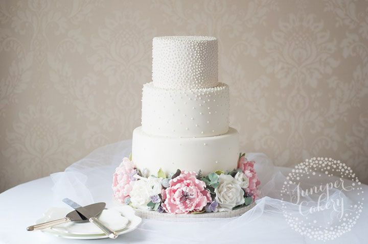 Pretty sugar flower tier separators give this cake a feeling of weightlessness ~ we ❤ this! moncheribridals.com
