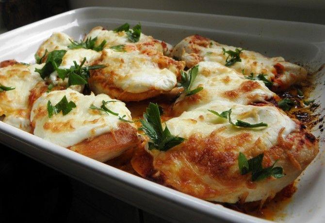 Tejfölös-sajtos csirkemell recept képpel. Hozzávalók és az elkészítés részletes leírása. A tejfölös-sajtos csirkemell elkészítési ideje: 30 perc
