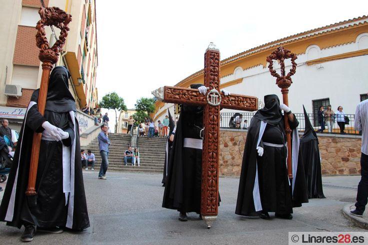 Cruz de Guía del Descendimiento dejando atrás la Plaza de Toros, momentazo de esta Semana Santa de Linares 2015