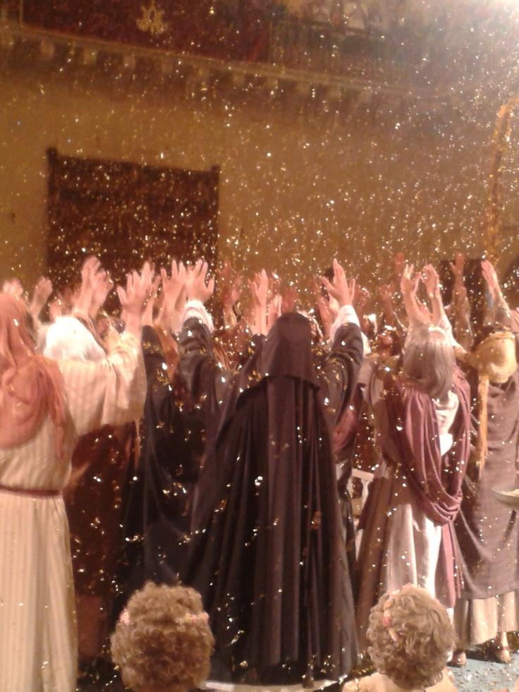 Escena de la Judiada en el instante de la Coronación de la Virgen de la Asunción, en la representación del Misteri d'Elx el día 15 de agosto