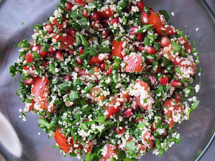 Tabouleh, una din cele mai populare salate din Orientul Mijlociu și nu numai, este preparată în mod tradițional din pătrunjel tocat mărunt, roșii, mentă, bu