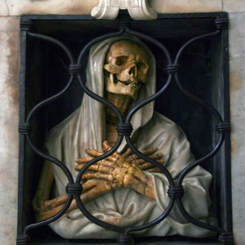 Giovan Battista Gisleni (diseño). Sepulcro de Giovan Battista Gisleni (detalle), 1672. Iglesia de Santa Maria del Popolo, Roma #roma #rome #italia #santamariadelpopolo #esqueleto #skeleton #calavera #skull #muerte #death #escultura #sculpture #scultura #skultur #artesacra #artesacro #sacredart #sakralekunst #barroco #barrocco #baroque #barock #arte #art #kunst #kunstwerk