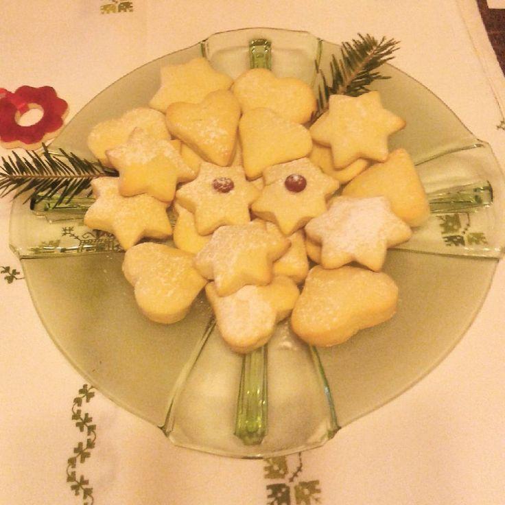 Moje amoniaczki .Pierwsza blacha gotowa.Jak wyjmę następne, koniec pracy na dziś.#amoniaczki #ciastka #patera #cockies #plate #christmas
