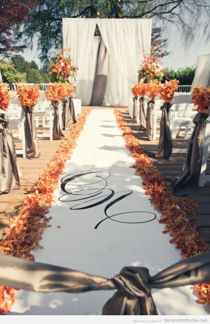 Alfombra hojas secas camino al altar para boda en otoño