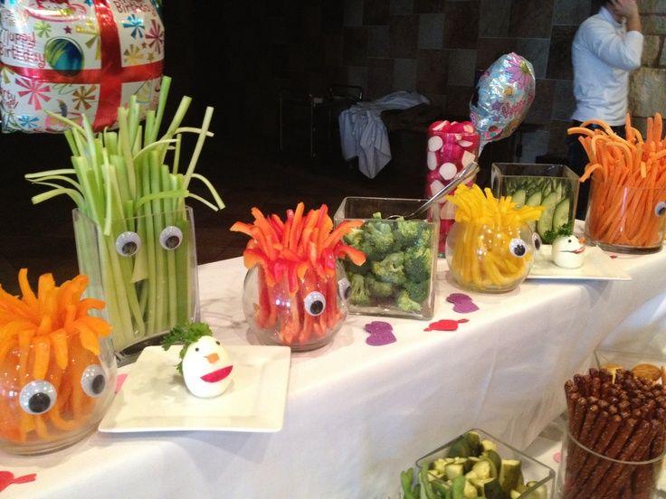 Monster Deko fürs junge Gemüse! So kommt auch Gemüse und Obst bei den Monstern an! Dekoriere doch Dein Gemüse und Obst in schönen Glas-Gefäßen mit Kulleraugen drauf. Die Kulleraugen gibt es im Bastelhandel. Für die Glasgefäße kannst Du Vasen verwenden. Mehr Ideen für deinen Kindergeburtstag findest du auf balloonas.com