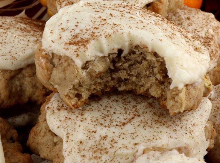 Ces biscuits aux pommes sont absolument parfaits avec leurs délicieux crémage au fromage à la crème! Très facile à faire :)