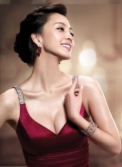 Han Ye seul looks very brilliant when she adopted the long hairs with stylish looks. She wears her hairs in many different patterns. han ye seul is the famous Korea Actress,