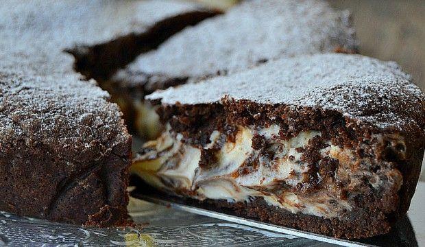Křehký čokoládový koláč s hutnou tvarohovou náplní