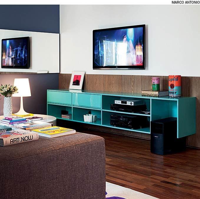 O rack turquesa de madeira laqueada é o ponto alto desta sala, projetada pelo designer de interiores Francisco Cálio.