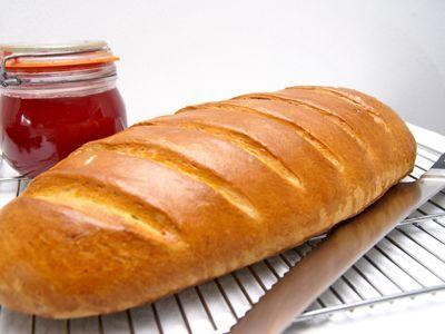 Bun loaf is een Engels brood met diepe insnijdingen. Dit brood is erg zacht van smaak door het gebruik van boter en eieren. Met het deeg kan je varieren door er bijvoorbeeld 16 stuks bolletjes van te maken. Snij er dan een kruis in en je hebt de bekende hot cross buns. Door het lange brood de loaf dus kun je ook kaneel en lichte rozijnen mengen. Heel lekker bij het ontbijt.