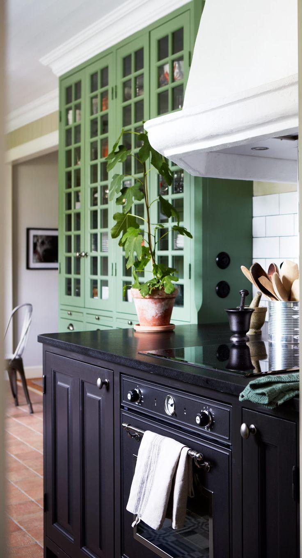 Kök grönt & svart, sommarhus, platsbyggt högskåp.