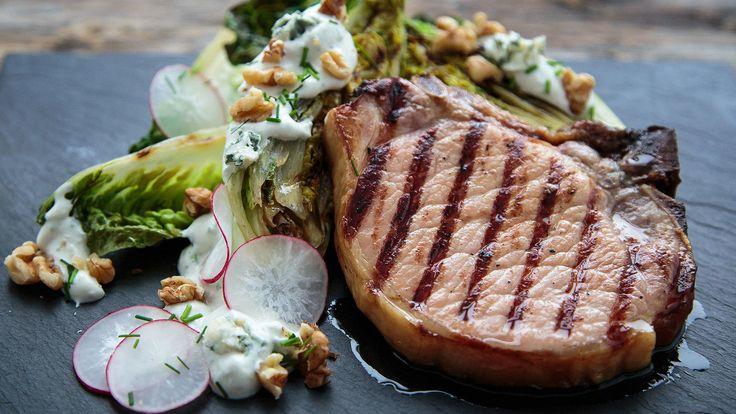 Har du prøvd å grille hjertesalat? Det kan lett bli en ny favoritt. Sødmen i salaten, blåskimmelost-dressing, friskt eple og sprø valnøtter er perfekt til de røkte kotelettene!