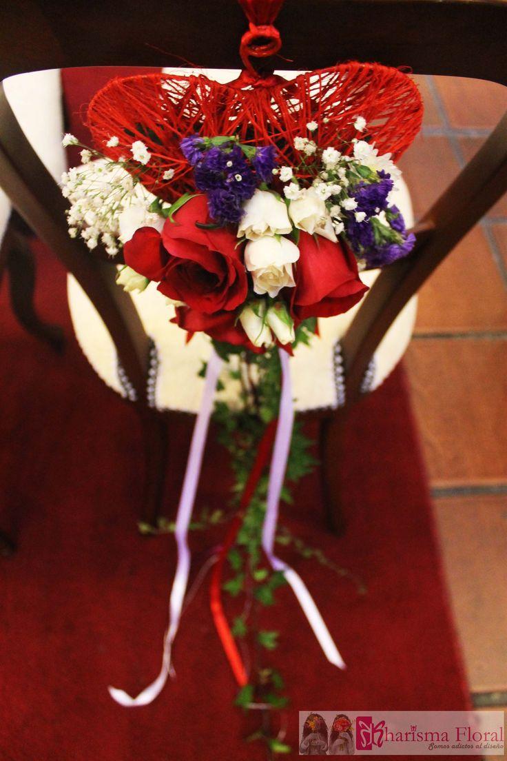 Silla de iglesia decorada de matrimonio, con corazón rojo, rosas rojas, hiedra. Floristeria Bogota Kharisma floral