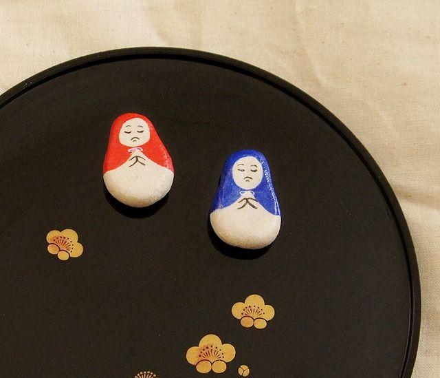 あなたの暮らしにこけしを (!•_•!)赤い頭巾と青い頭巾のお地蔵様のマグネットです。2個で1セットのお値段です。粘土で形を作り、絵の具で着彩しています。つや有りニス仕上げです。ややざらっとした風合いのある質感です。強力磁石なので紙もしっかり止まります。【素材】 木紛粘土/磁石【サイズ】 約 20mm × 30mm (検索用・・・だるま/コケシ/kokeshi/人形/メモ)