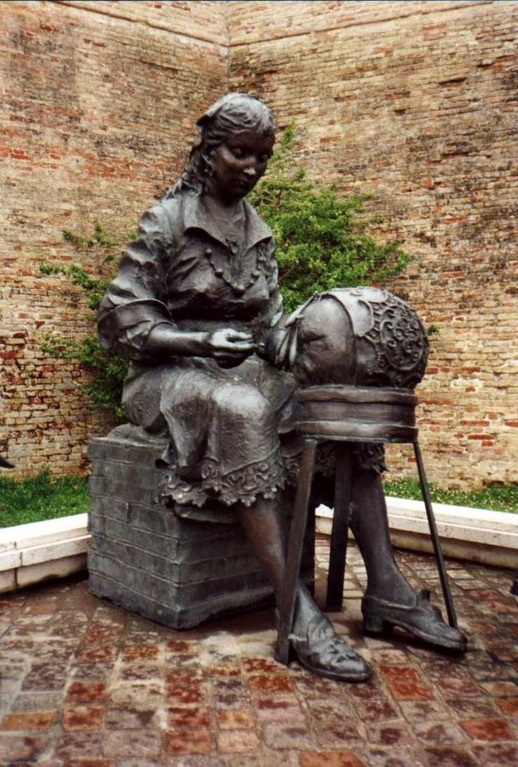 """""""La Madre"""" Offida, localidad y comuna italiana, provincia de Ascoli Piceno, región de las Marcas, 5332 habitantes. La escultura representa una familia completa, tres generaciones de encaje a bolillos: la abuela, la madre y la niña. Esta escultura es obra de la 1983 M Aldo Sergiacomi nacido en Offida en 1912."""