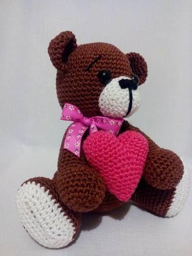 Háčkovaný macík so srdiečkom #srdce #laska #love #medved #medvedik #medvidek #valentyn #valentin #darcek #hackovany